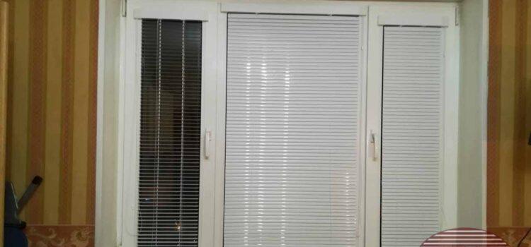 Горизонтальные алюминиевые жалюзи 25мм белого цвета в кассетной системе ISOTRA для кухни — г.Москва, ул.Исаковского