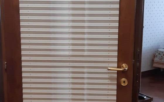 Штора плиссе с коричневой фурнитурой для двери — г.Москва, ул.Таллинская