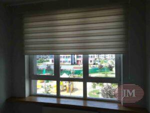 Рулонная штора Зебра из ткани Стоун Био магнолия установлена на проём окна - ЖК Молоково