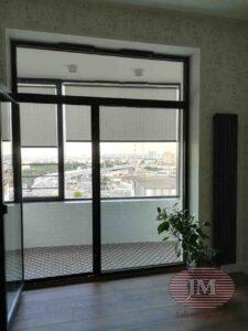 Рулонная штора из ткани Крис серый, установлена в проём окна - ЖК Символ