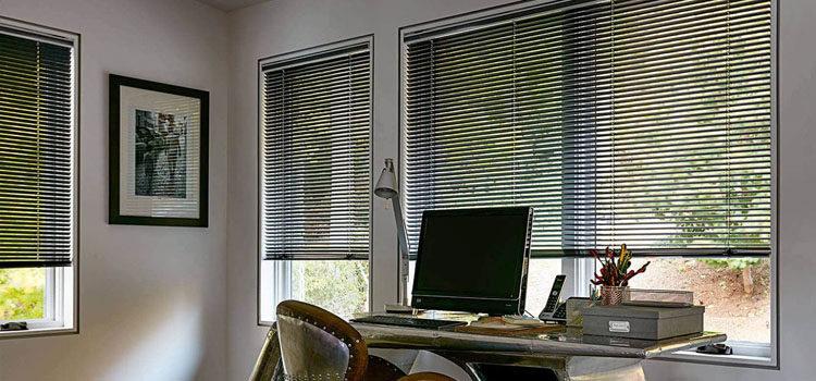 Горизонтальные алюминиевые жалюзи на пластиковые окна