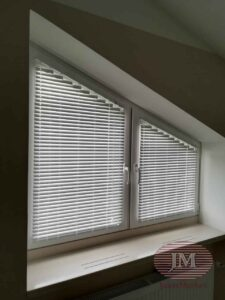Горизонтальные алюминиевые жалюзи 25мм на скошенные окна - КП Павловы Озёра