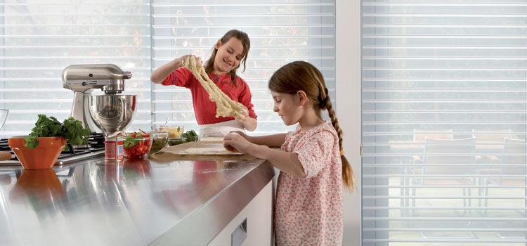 Жалюзи и рулонные шторы для кухни