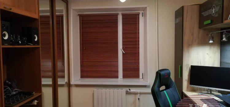 Горизонтальные деревянные жалюзи 25мм на каждую створку окна — ул.Первомайская Нижняя