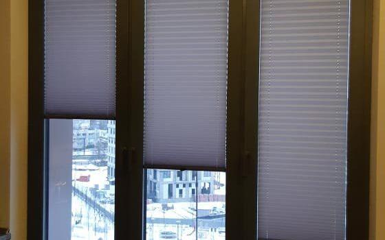 Шторы плиссе в  системе Р1615  установлены в проём окна — Москва, ул.Вавилова