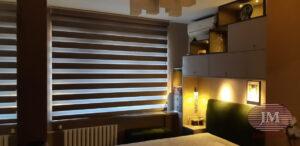 Рулонная штора LOUVOLITE Зебра в коробе с электроприводом для спальной комнаты - г.Москва, Мичуринский проспект