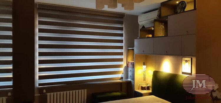 Рулонная штора LOUVOLITE Зебра в коробе с электроприводом для спальной комнаты — г.Москва, Мичуринский проспект