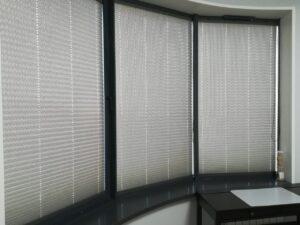 Шторы плиссе в системе Р1802 с цепочным управлением из ткани Венесуэла серебро, фурнитура антрацит - Проезд Невельского