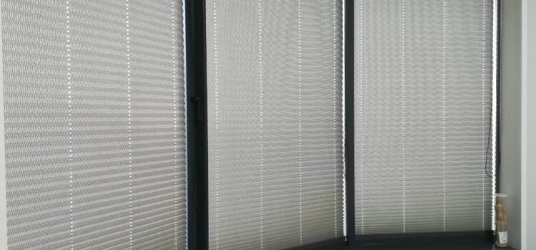 Шторы плиссе в системе Р1802 с цепочным управлением из ткани Венесуэла серебро, фурнитура антрацит — Проезд Невельского