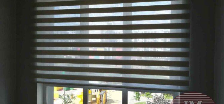 Рулонная штора Зебра из ткани Стоун Био магнолия установлена на проём окна — ЖК Молоково