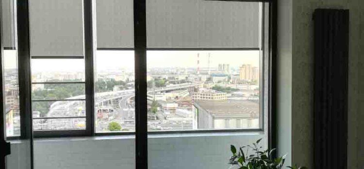 Рулонная штора из ткани Крис серый, установлена в проём окна — ЖК Символ
