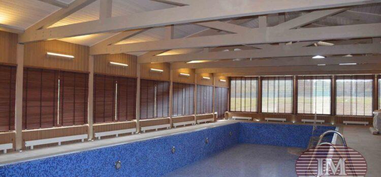 Горизонтальные жалюзи из дерева 50мм с декоративной тесьмой установлены в бассейне — Калужская область, п.Чаусово