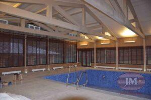 Горизонтальные жалюзи из дерева 50мм с декоративной тесьмой установлены в бассейне