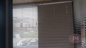 Горизонтальные жалюзи 50мм из дерева для балконного блока