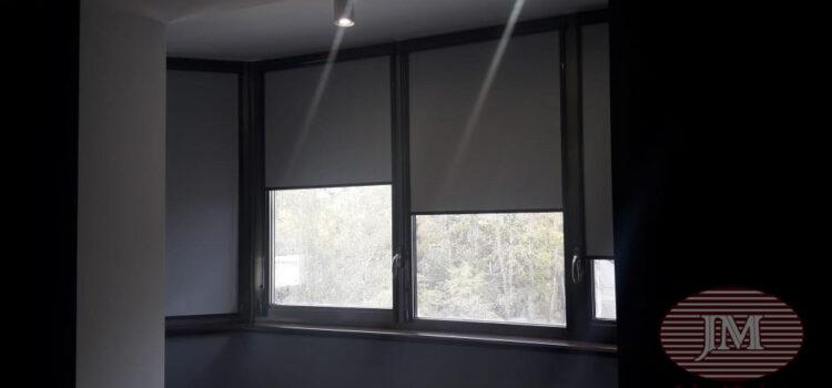 Рулонные шторы в кассетной системе UNI2, фурнитура тёмно-серая, ткань Плэйн ВО серый — ул.Серпуховской Вал