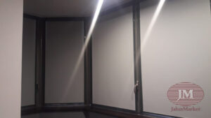Рулонные шторы в кассетной системе UNI2, фурнитура тёмно-серая, ткань Плэйн ВО серый