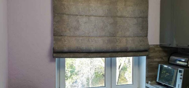 Римская штора из коллекции Arttex, установленная на стену на кухне — Москва, ул.Палехская