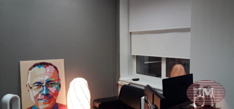 Свободновисящая рулонная штора из тканей Альфа блэкаут белый — Москва,  ул.Правды