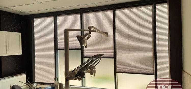 Шторы плиссе в системе Р1612, профиль антрацит, ткань Краш перла 1710 серый — ЖК ЗилАрт