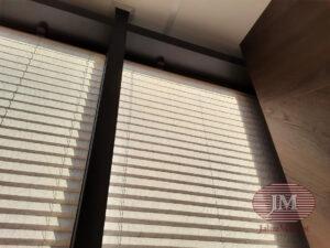 Шторы плиссе в системе Р1612, профиль антрацит, ткань Краш перла 1710 серый - ЖК ЗилАрт